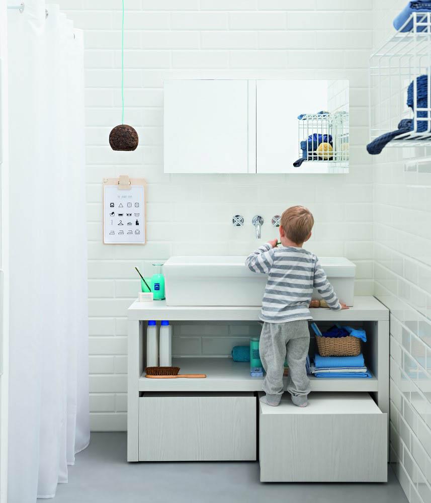 Bambino in un bagno moderno