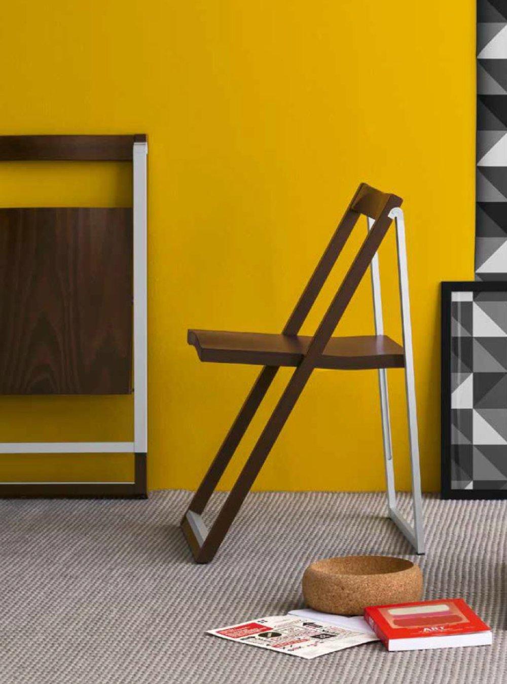 Sedia pieghevole marrone e bianca di design