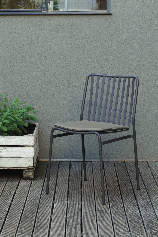 Sedia di metallo grigia