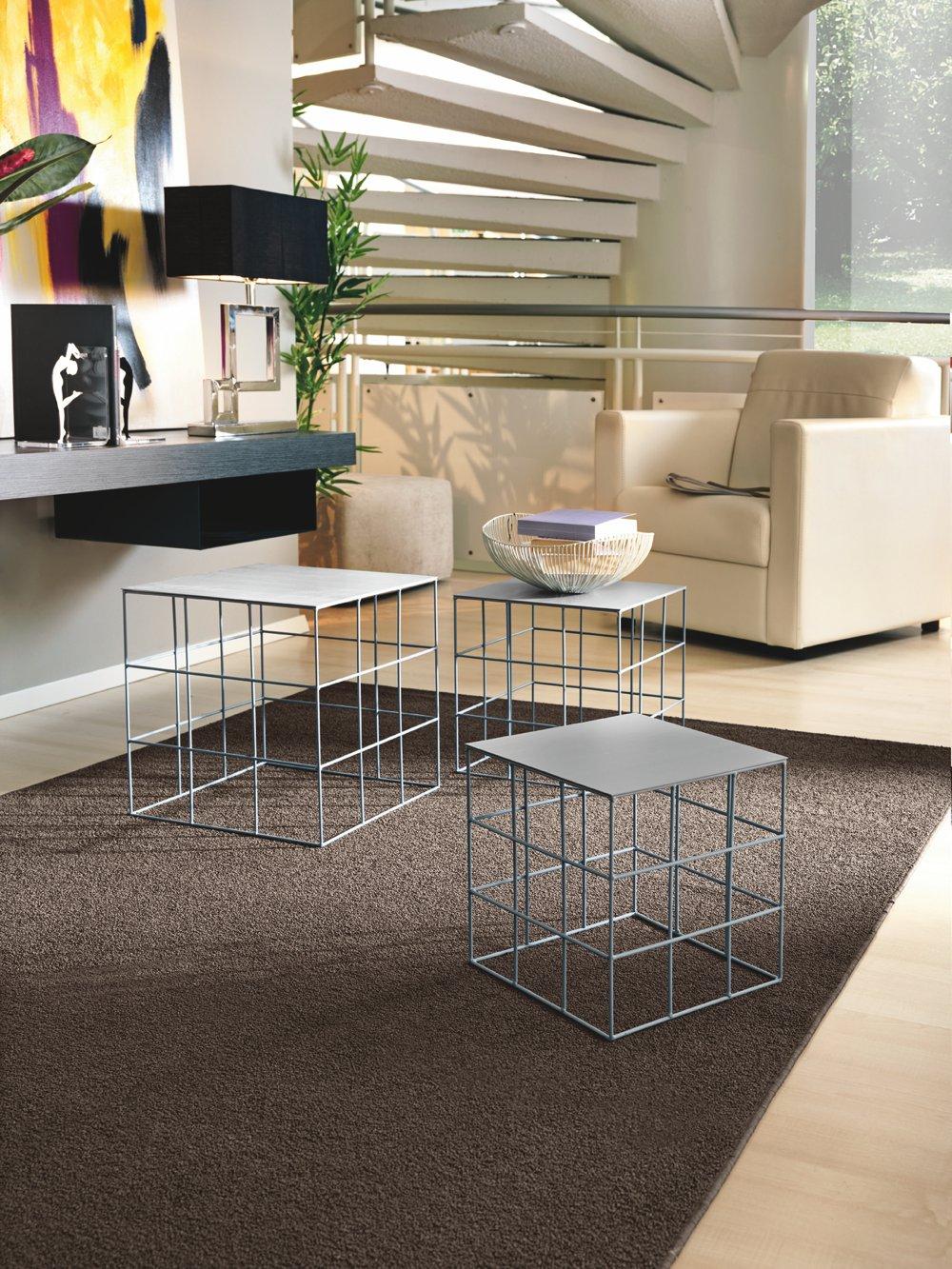 Tavolino quadrato in metallo grigio