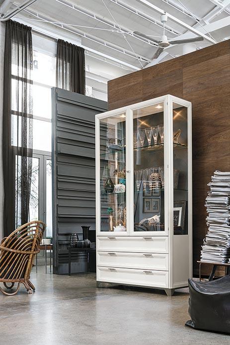 Credenza classica in legno bianco e vetro