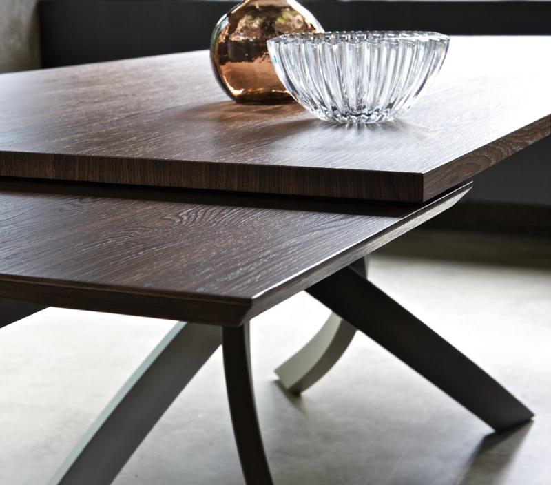 Tavolo allungabile in legno scuro
